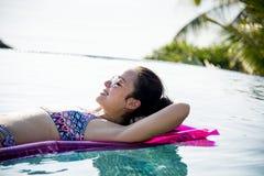 Женщины на бассейне раздувном Стоковые Фото