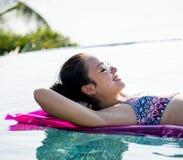 Женщины на бассейне раздувном Стоковая Фотография