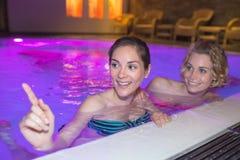 2 женщины на бассейне Стоковое Фото