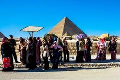 Женщины на большой пирамиде Гизы, Каира, Египта Стоковая Фотография