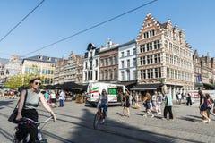 Женщины на велосипедах обеспечивая циркуляцию в Генте, Бельгии Стоковые Изображения