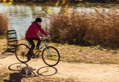 Женщины на велосипеде Стоковая Фотография RF