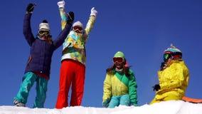 4 женщины на верхней части горы Праздник, потеха Костюмы горных лыж цвета Съемка замедления видеоматериал