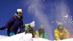 4 женщины на верхней части горы Праздник, потеха Костюмы горных лыж цвета Съемка замедления акции видеоматериалы