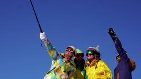 4 женщины на верхней части горы Примите selfie Праздник, потеха Костюмы горных лыж цвета Съемка замедления акции видеоматериалы