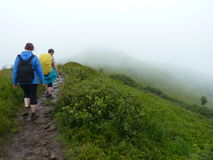 2 женщины на горной тропе Стоковые Фото