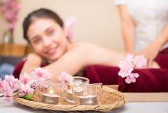 Женщины на кровати курорта с свечами ароматности Стоковое Изображение