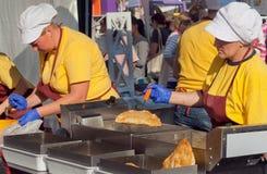 Женщины на кухне ресторана варя зажаренную еду любят пироги Стоковые Фотографии RF