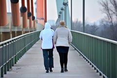 2 женщины на мосте Стоковые Фото