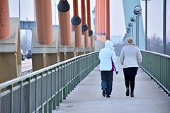 2 женщины на мосте Стоковое Изображение RF