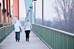 2 женщины на мосте Стоковое Фото