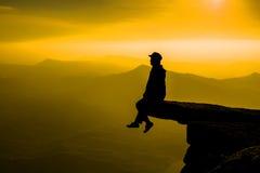 Женщины на небе надежды на достижениях концепции захода солнца на всю жизнь Стоковое Изображение RF