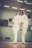2 женщины на ограждая тренировке Стоковые Фото