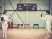 2 женщины на ограждая тренировке Стоковые Изображения