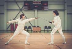 2 женщины на ограждая тренировке Стоковые Изображения RF