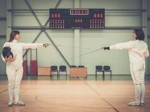 2 женщины на ограждая тренировке Стоковое фото RF