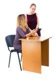 2 женщины на офисе работая на его столе на интернете Стоковое Изображение RF