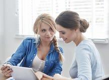 2 женщины на офисе Стоковое Изображение RF