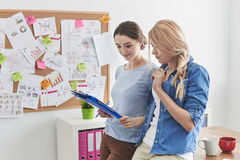 2 женщины на офисе Стоковое Изображение