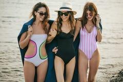 Женщины на пляже с шотландкой после выравниваться, летние каникулы, праздники, перемещение стоковые фото