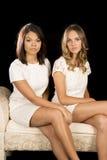 2 женщины на платьях кресла белых Стоковое Изображение RF