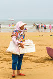 Женщины на пляже для того чтобы купить закуски Стоковая Фотография RF