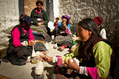 Женщины на работе в удаленной южной тибетской деревне Стоковые Изображения RF
