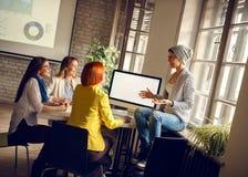 Женщины на рабочем месте представляют идеи для дела стоковые изображения rf