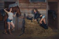 2 женщины на ранчо около конюшен Стоковая Фотография