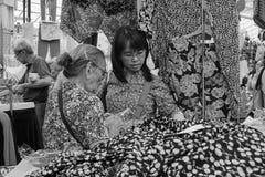 Женщины на рынке в Сингапуре Стоковые Фотографии RF
