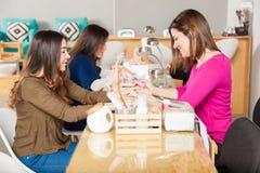 Женщины на салоне ногтя Стоковое Изображение