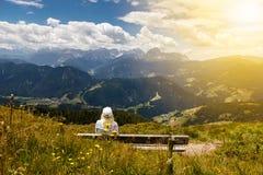 Женщины на стенде в итальянке Альпах Стоковое Изображение