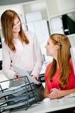 Женщины на столе офиса Стоковое Фото
