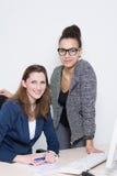 2 женщины на столе в офисе Стоковые Изображения RF