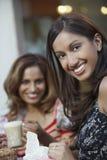 Женщины на таблице кафа Стоковые Фото