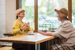 2 женщины на таблице кафа Стоковая Фотография RF