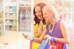 Женщины на торговом центре фотографируя Стоковые Фото