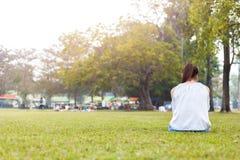 Женщины на траве и красивый она читая книгу Стоковое Фото