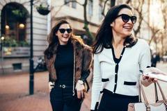 2 женщины на улице города имея потеху Стоковые Фото