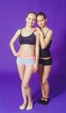 2 женщины на фитнесе делая гимнастические тренировки Стоковые Изображения