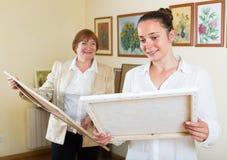 2 женщины на художественной галерее Стоковое Фото