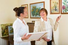 2 женщины на художественной галерее Стоковая Фотография