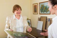 2 женщины на художественной галерее Стоковые Изображения RF