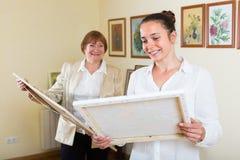 2 женщины на художественной галерее Стоковая Фотография RF