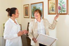 2 женщины на художественной галерее Стоковое Изображение RF