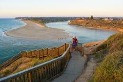 2 женщины на шагах на пляж Southport, во время захода солнца Стоковое фото RF