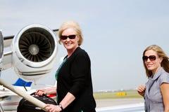 2 женщины на шагах самолета Стоковые Фотографии RF