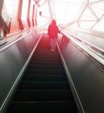 Женщины на эскалаторе на столичном MRT быстрого переезда в пэ-аш Стоковые Изображения RF