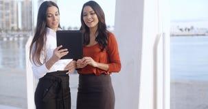 2 женщины на эспланаде портового района Стоковое Изображение