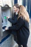 2 женщины на ATM Стоковая Фотография